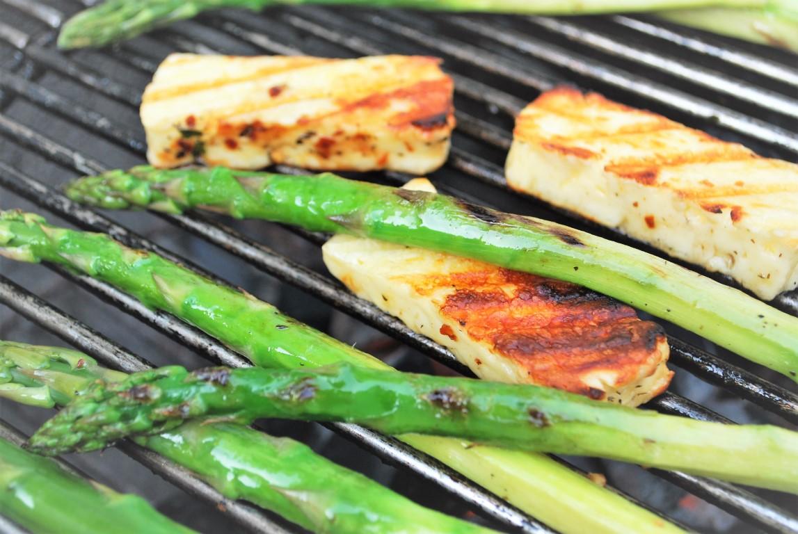 Asperges en berloumi grillen op de barbecue